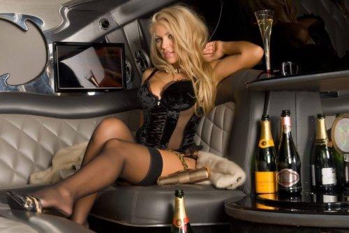 Гламурная блондинка в авто