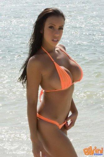 Очаровательная девушка в бикини