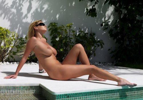 Zuzana греется на солнце