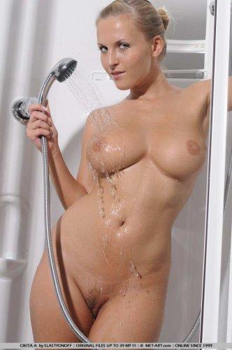 Chikita принимает душ