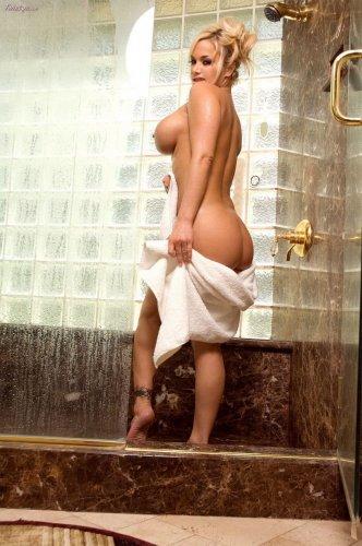 Shyla Stylez принимает душ...