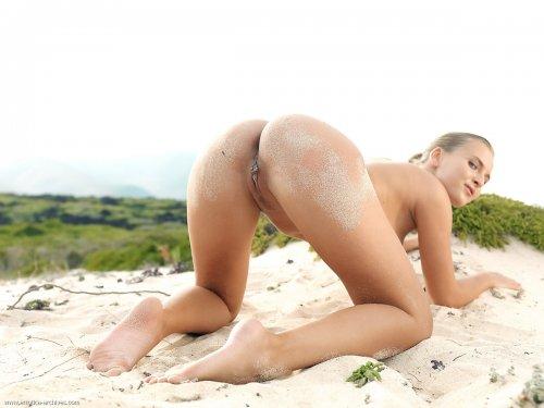 Chikita на пустынном пляже