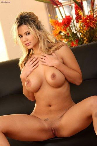Ashlynn Brooke на чёрном диване