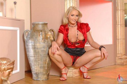 Kathia в красном