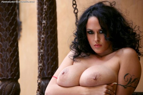 Carmella Bing в красном