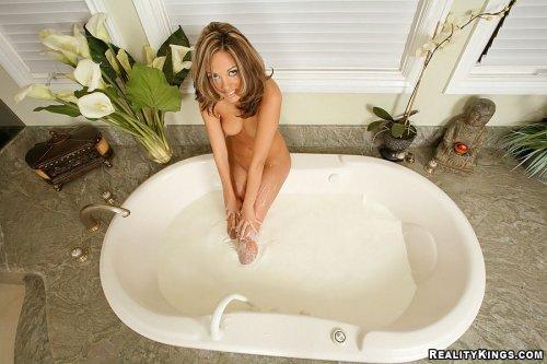 Jenny купается в молоке