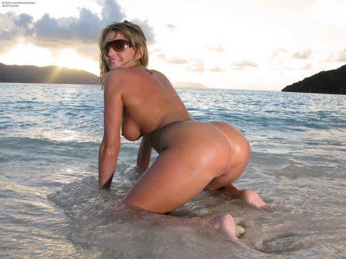 Киска Carli Banks на берегу