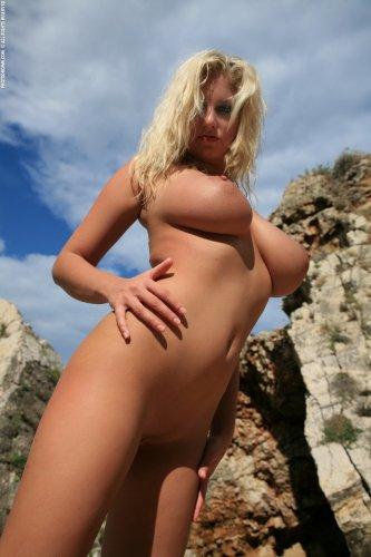 Jenny у скалы