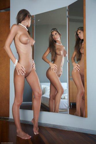 Nessa у зеркала