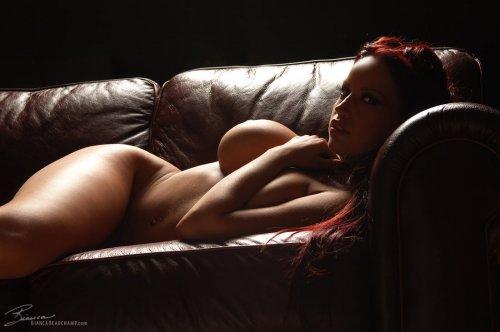 Bianca на кожаном диване