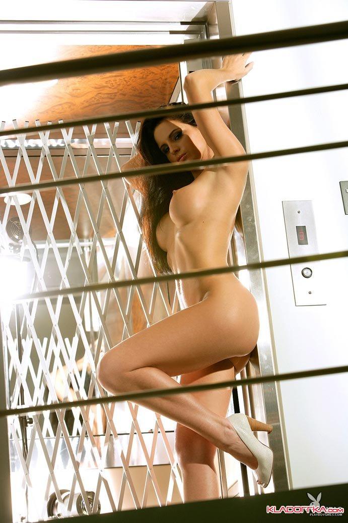 Фото, красивые и голые в лифте