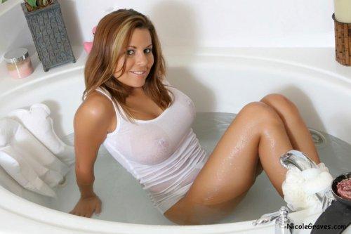 Сексуальная грудастая девушка Nicole Graves на эротических фото в ванной