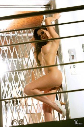Голая в лифте