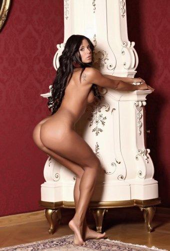 Красотка Ashley Bulgari в оранжевом белье