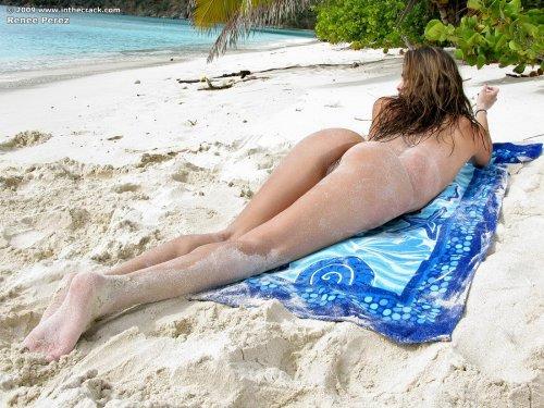 Голая Renee Perez на пляже