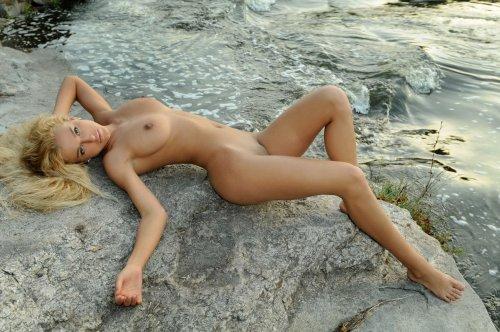 Katya у водопада