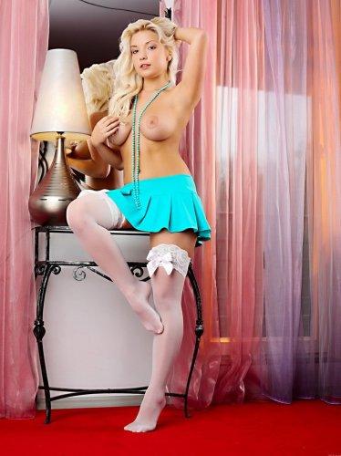 Блондиночка в миниюбке