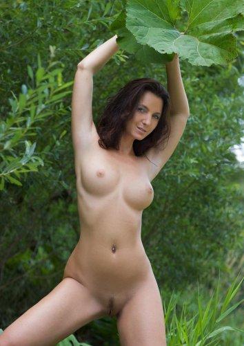 Девушка развлекается в лесу