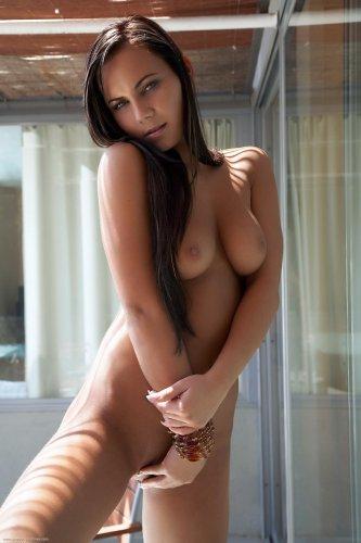 Эротические фото знаменитой фотомодели Nataly с гладковыбритой писей
