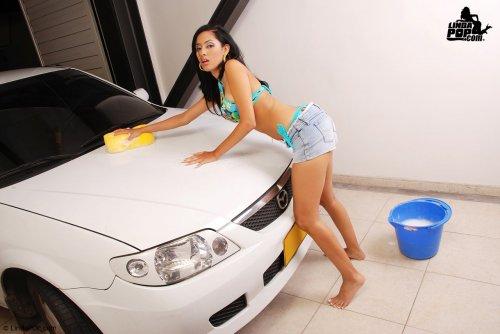 Раскрепощённая Isabel Rincon голая моет машину и намочила сексуальное тело