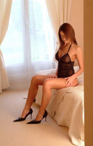 Очаровательная брюнетка голышом в спальне