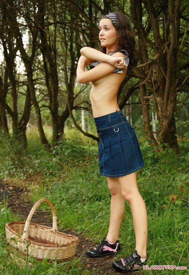 Фото девушек в лесу голые