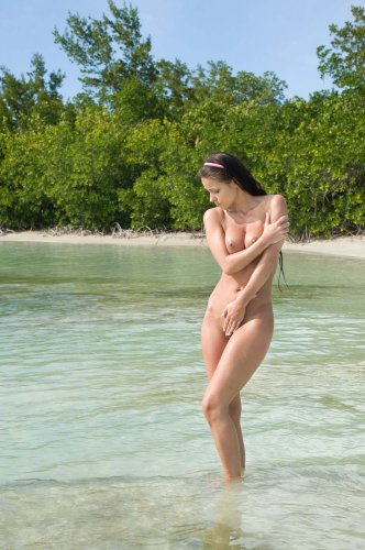 Melisa Mendini aka Kristina Walker на экзотическом пляже