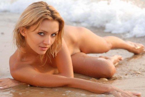 Просто красивая девушка на берегу...