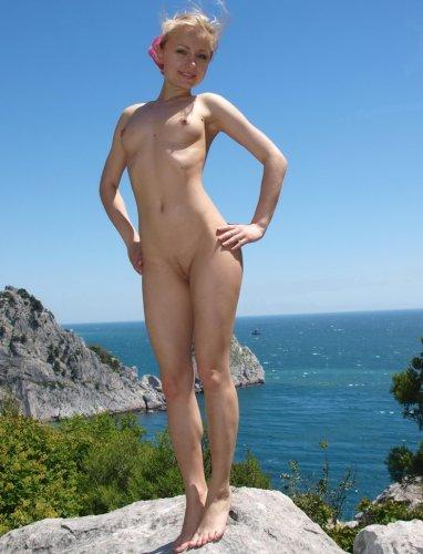 Голая девушка на камнях