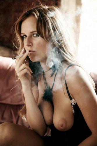Голая курящая Carmen Kees