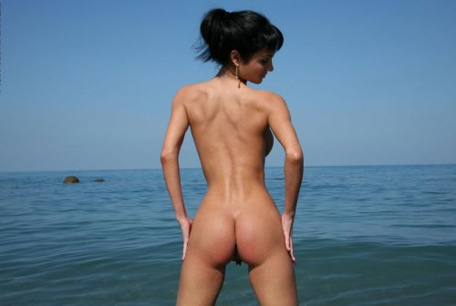 Брюнетка с большими Roxanne Milana сиськами на берегу