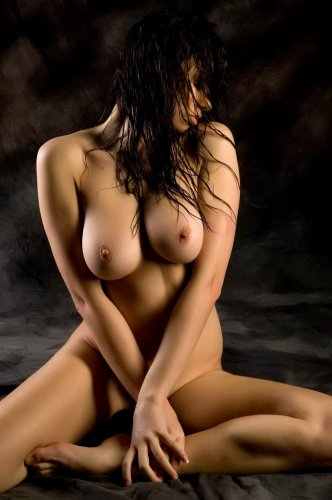 Влажное тело страстной девушки