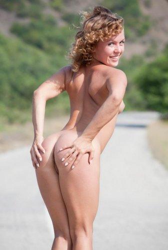 Кучерявенькая красавица голая на дороге