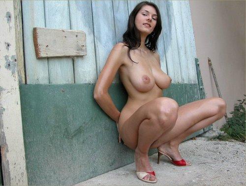 Красивая голая брюнетка