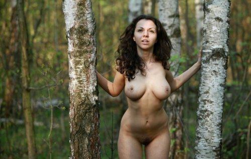 Пышногрудая красавица в лесу