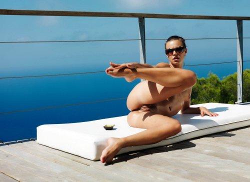 Тиффани загарает на балконе