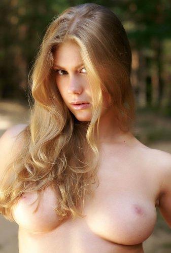 Девушка разделась догола в лесу