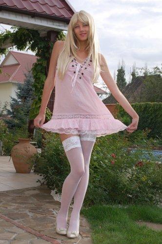 Блондинка Mila в белых чулках