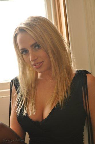Элитная проститутка Hayley Marie с идеальным телом в нейлоновых чулках