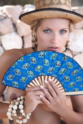 Голубоглазая красавица с веером