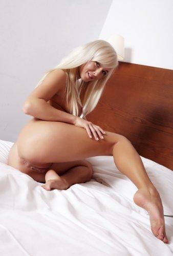 Голая Натали в кровати
