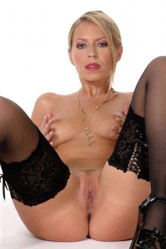 Симпатичная блондинка в чулочках