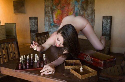 Голая брюнетка Lorena играет в шахматы