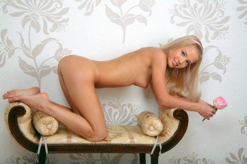 Молодая стройная блондиночка Маргарита обнажилась в коридоре