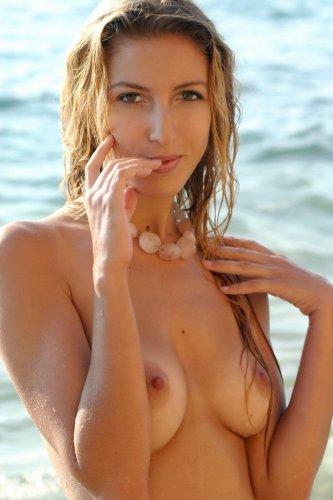 Красивая эротика на пляже от Тифани