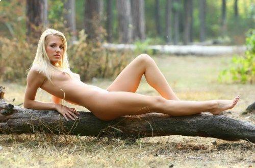 Лера гуляет по лесу