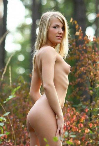 Лера - прогулка по лесу