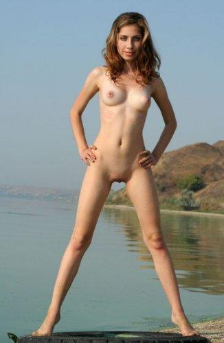 Девушка загорает на озере