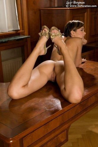 Молодая пизда на столе