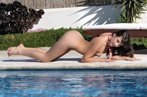 Пяненькая красавица Lorena позирует голой у бассейна